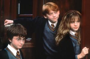 """Harry Potter (Daniel Radcliffe, ), Ron Weasley (Rupert Grint) und Hermine Granger (Emma Watson) im Kinofilm """"Harry Potter und der Stein der Weisen"""" (Foto: dpa)"""