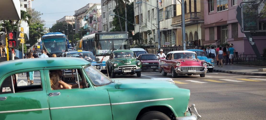 Neuwagen sind in Kuba sehr teuer, deshalb reparieren die Menschen lieber ihre alten Autos. (Foto: dpa)