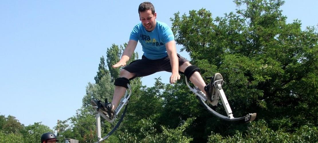 Gute Stelzenläufer wie Marek haben ganz schön viele Tricks drauf. Sie machen zum Beispiel einen Spagat in der Luft, wenn sie hochspringen. (Foto: dpa)
