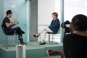 Manchmal filmen Youtuber einfach drauflos. Andere Videos sind dagegen geplant, wie dieses Gespräch zwischen der Bundeskanzlerin und LeFloid. (Foto: dpa)