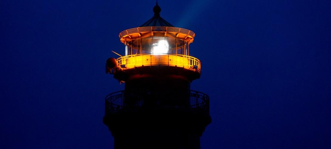 Wenn Seeleute früher ihren Weg suchten, halfen ihnen Leuchttürme. Diese leuchteten in der Dunkelheit und waren Wegweiser, um sich auf See zu orientieren. «So wussten die Seefahrer, wo sie gerade waren und wo sie hinfahren mussten, um etwa in den nächsten Hafen zu kommen», sagt Hinrich Gerresheim. Die Lichtsignale waren dabei wichtig. Das ist auch heute noch so. (Foto: dpa)