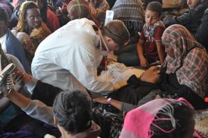 Christian behandelt die Menschen auf dem Schiff. (Foto: dpa)