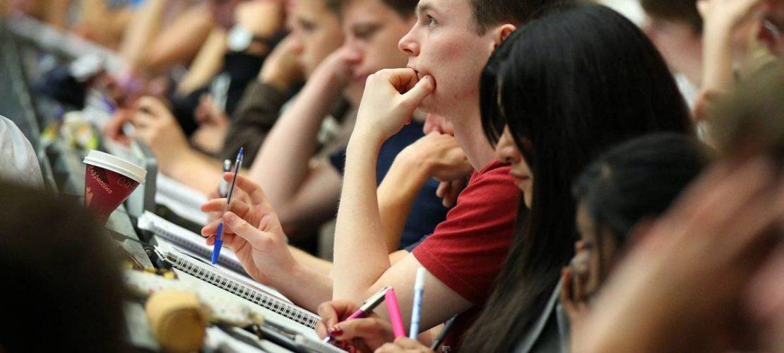 An der Universität haben die Studenten Seminare und Vorlesungen. Das ist so ähnlich wie Unterricht in der Schule. Die Studenten sitzen aber oft in Hörsälen. (Foto: dpa)