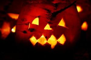 Zu Halloween kann man Lateren aus Kürbissen basteln - aber warum nicht auch einmal aus Rüben? (Foto: dpa)