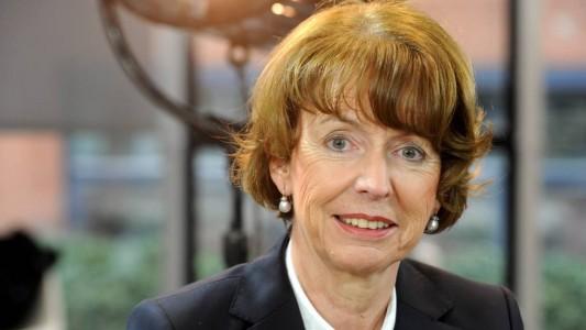 Henriette Reker soll Oberbürgermeisterin von Köln werden. Es ist aber noch nicht klar, wann sie das Amt annehmen kann. Denn vor der Wahl ist etwas Schlimmes passiert: Ein Mann hat die Politikerin mit dem Messer angegriffen. (Foto: dpa)
