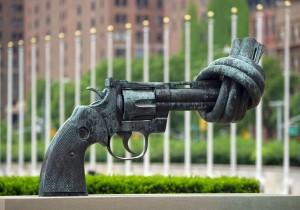 Diese Skulptur steht vor dem Gebäude der Uno in New York. Sie drückt aus, dass es auf der Welt keine Gewalt, sondern Frieden geben soll. (Foto: dpa)