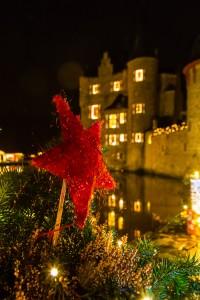 Die Burg Satzvey wird weihnachtlich geschmückt. (Foto: Mike Göhre)