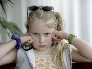 """Maria hat vor den Sommerferien aufgehört zu sprechen. Warum? Das weiß sie selbst nicht so genau. Davon erzählt der Film """"Blue Blue Sky"""". (Foto: Screenshot)"""