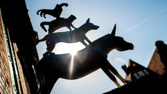 In Bremen vor dem Rathaus steht eine Skulptur, die an das Märchen der Stadtmusikanten erinnern soll. (Foto: dpa)