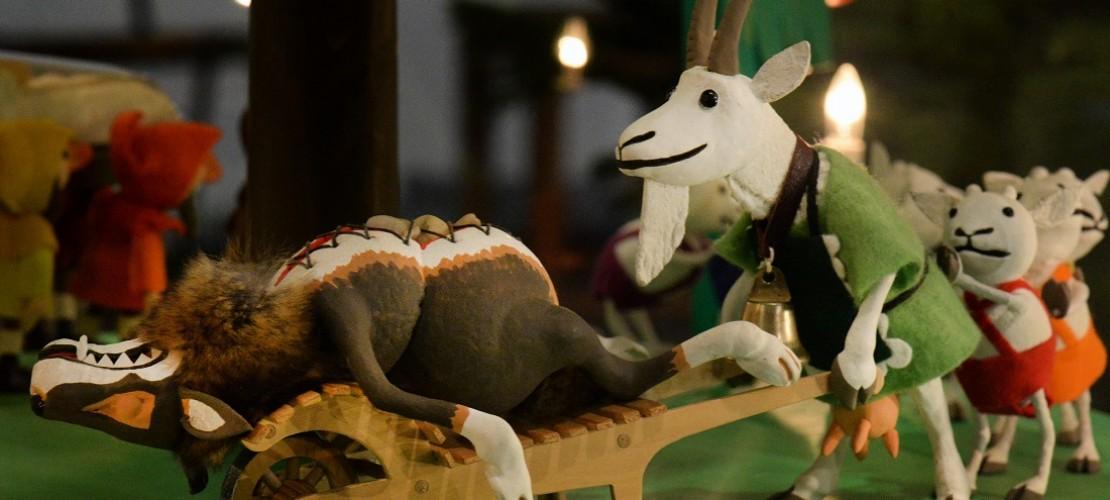 Sechs der sieben Geißlein hat der Wolf gegessen. Zum Glück konnte die Geiß sie aus seinem Bauch befreien. (Foto: dpa)