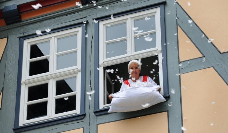 Frau Holle ist freundlich, aber bestimmt, und wenn sie die Betten ausschüttelt, dann schneit es. (Foto: dpa)