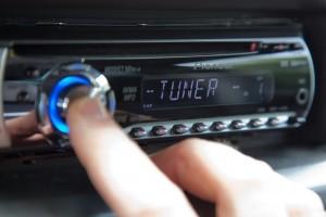 Fünf Stunden lang kannst du in der Radionacht Hörspiele, Musik und Rätsel hören. (Foto: dpa)
