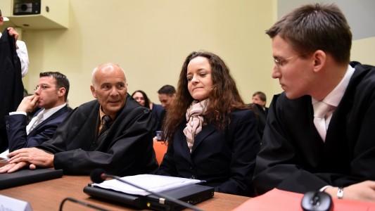 Beate Zschäpe war schon viele Male wegen der Taten des NSU vor Gericht. Bisher hat sie aber nie etwas gesagt. Nun hat ihr Anwalt eine Erklärung vorgelesen, die Beate Zschäpe geschrieben hat. (Foto: dpa)