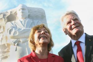 Gauck mit seiner Freundin vor dem Martin Luther King Memorial