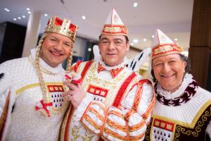 Das Dreigestirn der Erwachsenen 2016: Jungfrau, Prinz und Bauer (Foto: dpa)