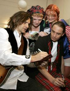 Die Band Brings gibt hinter der Bühne Autogramme. (Foto: dpa)