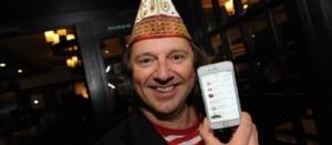 """Bubi Brühl von den Paveiern zeigt stolz die Hitliste auf seinem Smartphone – mit """"Leev Marie"""" steht die Band an der Spitze der iTunes-Schlager-Charts. (Foto: Worring)"""