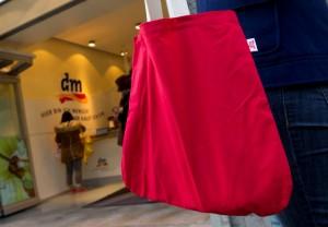 Du hilfst der Umwelt schon sehr, wenn du beim Einkaufen eine Stofftasche benutzt. (Foto: dpa)
