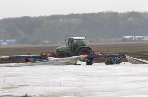 Ein Traktor schüttet Dämme auf dem Feld von Hubertus von Groote (rundes Bild) auf. (Foto: Thomas Banneyer)