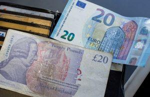 Die Briten haben ihre eigene Währung behalten: 20 Euro und 20 Pfund zum Vergleich (Foto: dpa)