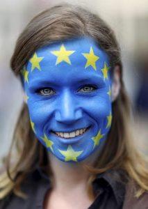 Brexit-Gegner sind dafür, dass die Briten in der EU bleiben. Dieser Frau trägt deswegen die Flagge der EU im Gesicht. (Foto: rtr)