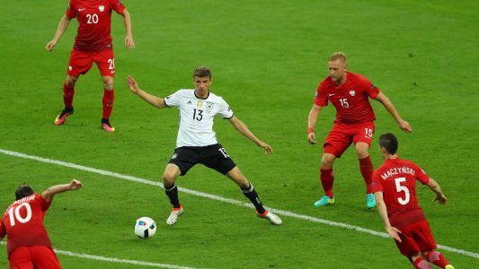 Hier kommst du nicht durch: Vier Polen versperren Thomas Müller den Weg. (Foto: dpa)