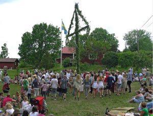Alle tanzen um die Maistange herum. (Foto: dpa)