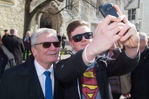 Klick - und schon ist das Foto mit Bundespräsidenten im Kasten. (Foto: dpa)