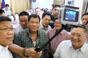 Die Selfie-Stange wird immer häufiger genutzt - hier vom philippinischen Präsidenten. (Foto: dpa)
