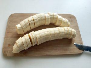 Die Bananen müssen in kleine Stücke geschnitten werden. (Foto: dpa)