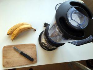 Um Bananeneis selbst zu machen, braucht man einen starken Mixer. (Foto: dpa)