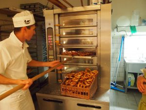 Wer Bäcker war, erhielt früher auch den Nachnamen Bäcker. (Foto: dpa)