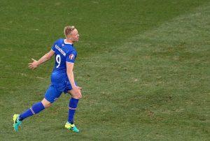 Der isländische Spieler Sigthorsson jubelt nach einem Siegertor bei der EM. (Foto: dpa)