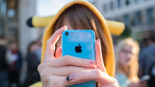 Frankreich hat Handys in Schulen verboten. In Deutschland ist der Umgang mit Smartphones total unterschiedlich. (Foto: dpa)