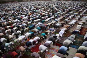 Muslime beim gemeinsamen Gebet in der Moschee. (Foto: dpa)