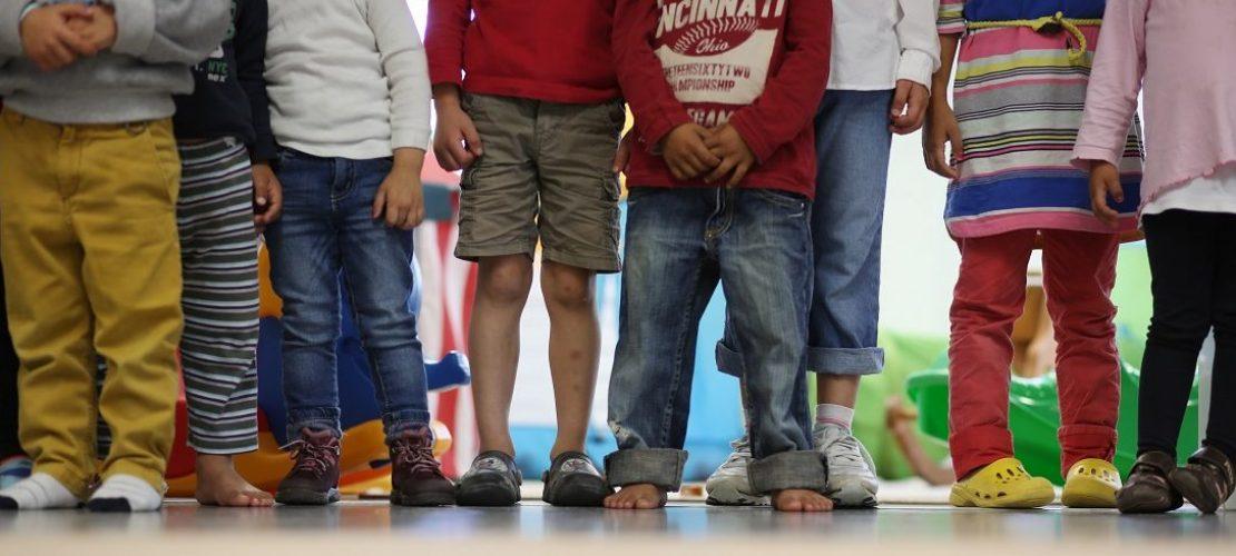 Symbolbild. Acht Kinder stehen nebeneinander. (Foto: dpa)