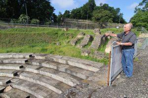 Hans Marg erklärt, wie die Römer damals im Theater saßen. (Foto: dpa)