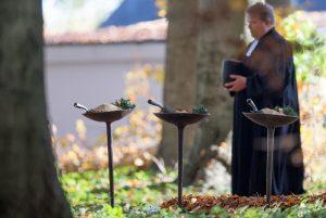 Viele Christen besuchen an dem Tag auch verstorbene Verwandte auf Friedhöfen. (Foto: dpa)