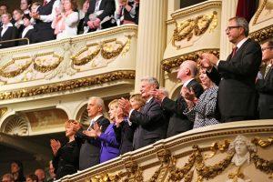 Bundeskanzlerin und Bundespräsident feierten drinnen den Tag der deutschen Einheit. (Foto: dpa)