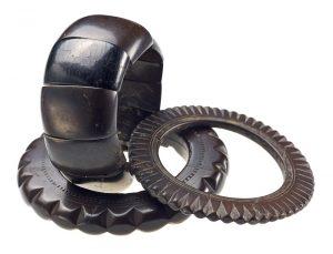 Dieser Schmuck ist aus Kohle gemacht, also aus jahrhundertealtem, gepresstem Holz (Foto: dpa)