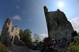 Die Burg auf dem Berg ist nur noch eine Ruine. (Foto: dpa)