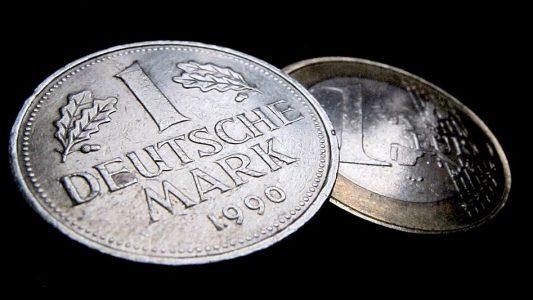 Die alte und die neue Währung: Eine D-Mark (Deutsche Mark) (links) und ein Euro (Foto: dpa)