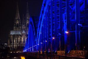 Hier leuchtet die Brücke zum Weltdiabetestag blau. (Foto: dpa)
