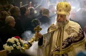 Tawadros II. (der Mann im goldfarbenen Gewand) ist der koptisch-orthodoxe Papst. Er leitet die Weihnachts-Messe in Kairo. (Foto: dpa)