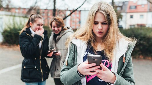 Online schreiben Menschen fiese Dinge über dich? Kein Grund zu verzweifeln! Es gibt immer Möglichkeiten, sich zu wehren. (Foto: dpa)