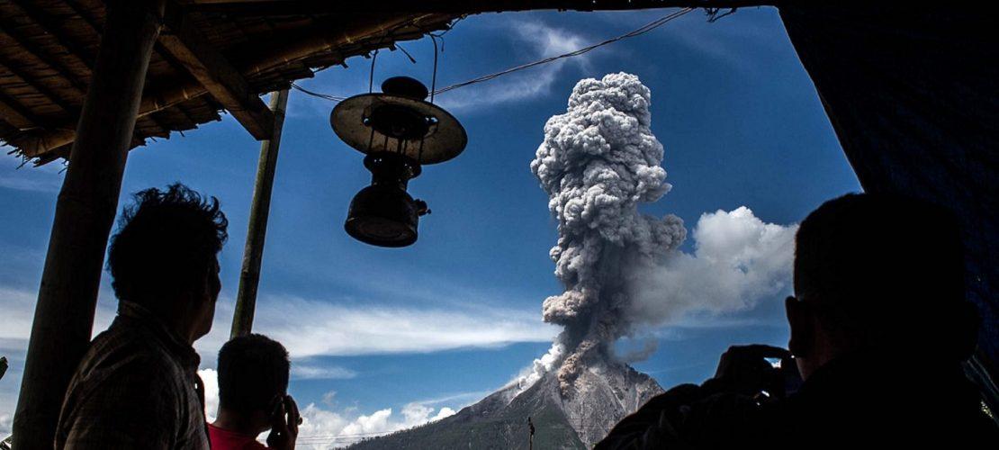 Vulkan spuckt Aschewolken
