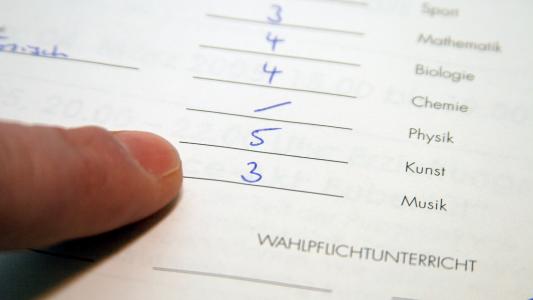 Zwei oder drei? Das entscheiden Lehrer bei der Zeugniskonferenz. (Foto: dpa)