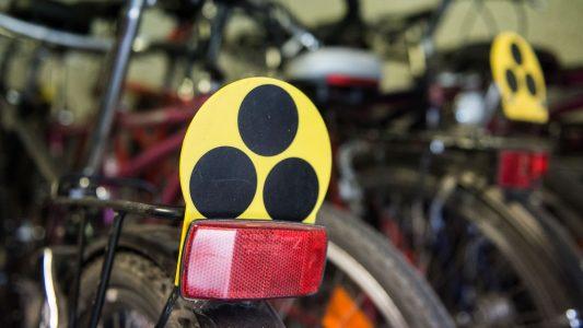Drei schwarze Punkte auf gelbem Grund: Das ist Zeichen für blinde Menschen. (Foto: dpa)
