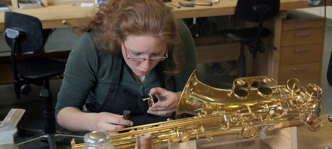 Lucia lernt, wie man Saxofone baut