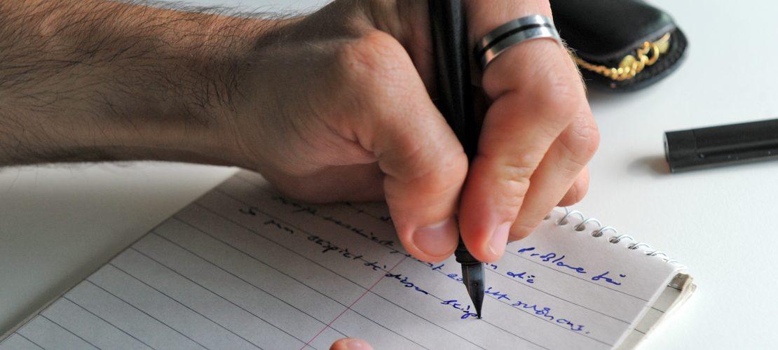 Es gibt viele bekannte Menschen, die Linkshänder waren. Zum Beispiel der geniale Mathematiker Albert Einstein. (Foto: dpa)